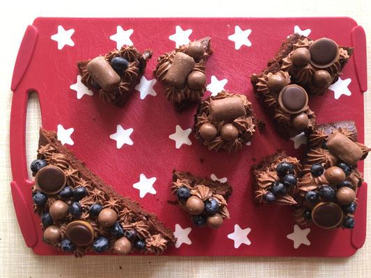 Die Kuchenreste, die nach dem Ausschneiden übrig waren, habe ich mit der restlichen Schokosahne etc. dekoriert - damit waren Mann und Kinder glücklich, denn sie wollten unbedingt zwischendurch naschen. ;-)
