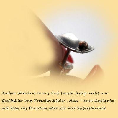 Andrea Weinke-Lau aus Gross Laasch fertigt nicht nur Grabbilder und Porzellanbilder. Nein - auch Geschenke mit Fotos auf Porzellan oder wie hier Silberschmuck