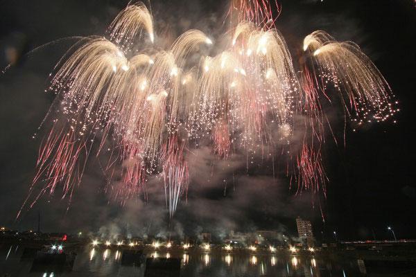 入選:川面に垂れる花火:中村靖彦
