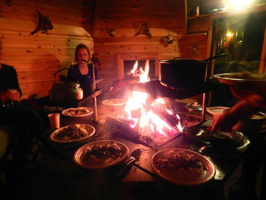 Traditionelles samisches Essen in lappländischer Kåta
