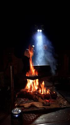Traditionelles Essen am Feuer genießen in Lappland, dem Land der Samen