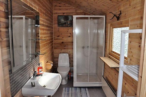 Eins der zwei Badezimmer