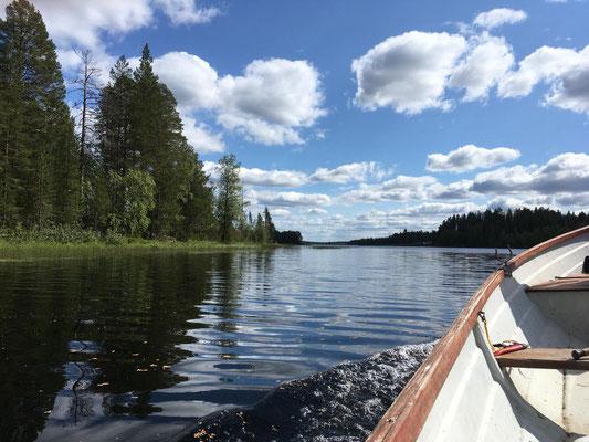 Bootsfahrt auf Lapplands vielen Flüssen und Seen