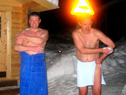 Abkühlen durch Schnee nach dem Saunagang