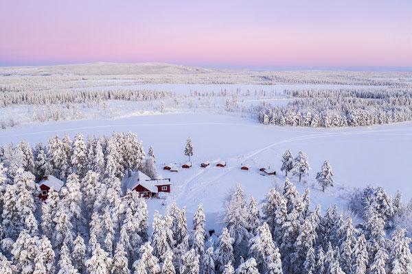 Lapplands Drag Huskyfarm  samt Gästehütten von oben