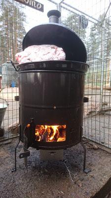 Suppe aus Rentier und Elch wird gekocht für die Huskys