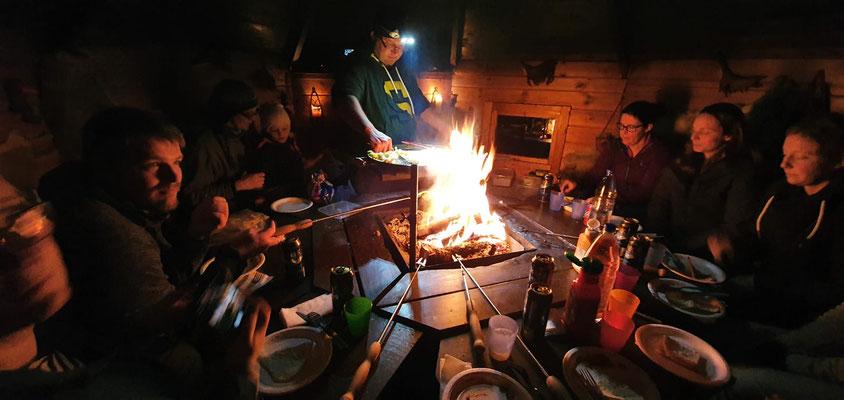 Samisches Abendessen in unserer traditionellen Grillhütte