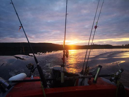 Am Abend mit dem Boot unterwegs im Sonnenuntergang