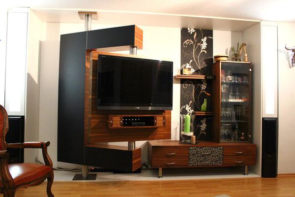 Fernsehwand aus amerikanischem Nussbaum mit raffinierter 2-achsiger Drehtechnik
