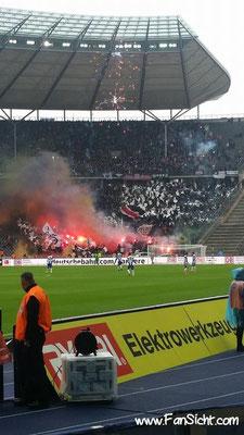 Pyro-Aktion der Fans von Eintracht Frankfurt im Berliner Olympiastadion. Foto: Max Kaufmann (via Facebook).