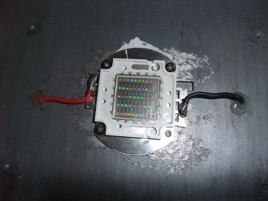 LED本体のネジが1本未取り付け?