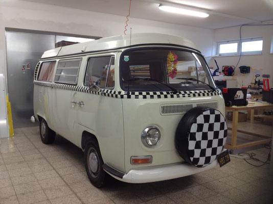 VW Bulli T2, Beige mit karierten Streifen