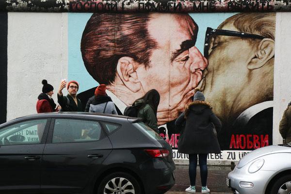 Bruderkuss  zwischen SED-Generalsekretär Erich Honecker (1912-1994) und Kreml-Chef Leonid Breschnew (1906-1982). 1990 erstmals gemalt, musste es nach der Mauersanierung 2008 vom selben Künstler nochmals gemalt werden.