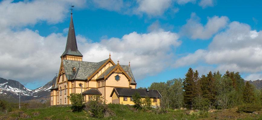 Die 1898 gebaute Vågankirche (Holzbau) in Kabelvåg westlich von Svolvær