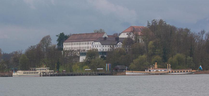 Chiemsee Herreninsel (Herrenchiemsee) mit Raddampfer und dem alten Schloss