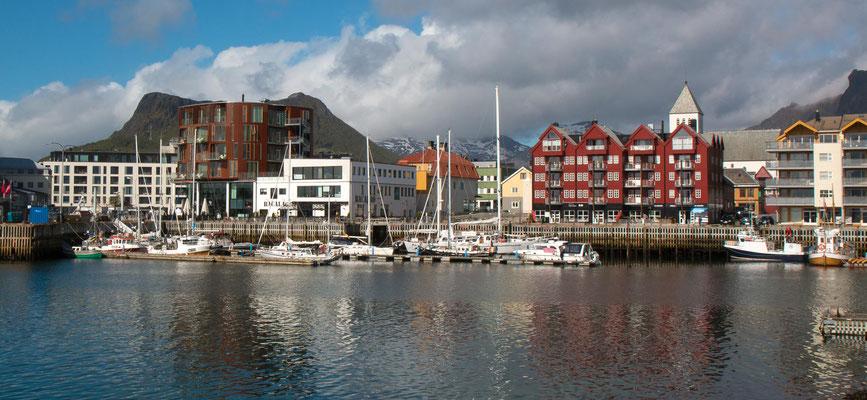 Svolværm, mit 4500 Einwohnern die grösste Stadt der Lofoten (Durchnittstemperatur im Juli 13.9 ° C)