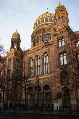 """Die Neue Synagoge, 1988 neu aufgebaute Fassade als Mahnmahl """"Vergesst es nie"""""""