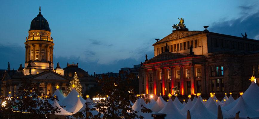ebenfalls am Gendarmenmarkt: das konzerthaus und der deutsche Dom, mit identischer Kuppel wie der gegenüberliegende französische Dom