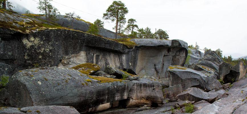 Vom Gletscher geformte Felsen, die gemäss Infotafel auch 9000 Jahre alte Felszeichnungen enthalten die wir aber nicht gefunden haben