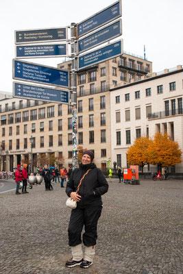 Zwischen 1961 und 1989 lag der Platz des 18. März im Sperrgebiet von Ostberlin und war von einer 3 m dicken Mauer umgeben