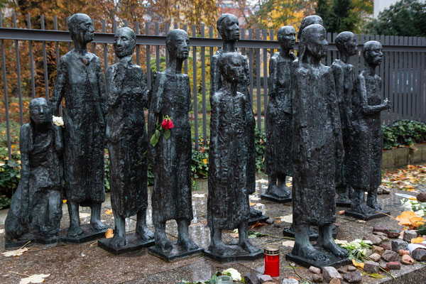 Denkmal (1985) vor einem jüdischen Friedhof mit 16 Gemeinschaftsgräbern am Platz des ehemaligen jüdischen Altersheimes das 1942 zum Judenlager bestimmt wurde. 55'000 jüdische Berliner wurden von hier deportiert in die Konzentrationslager.