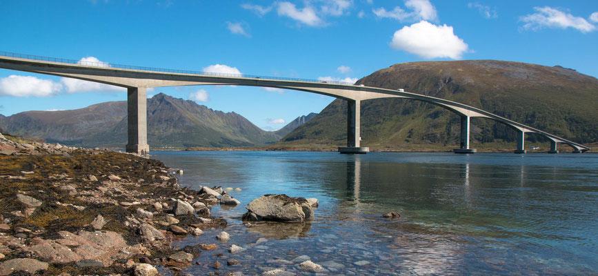 Gimsøystraumen Brücke westlich von Svolvær, 840 m lang, ermöglicht die Fahrt auf der E10 auf die nächste Insel