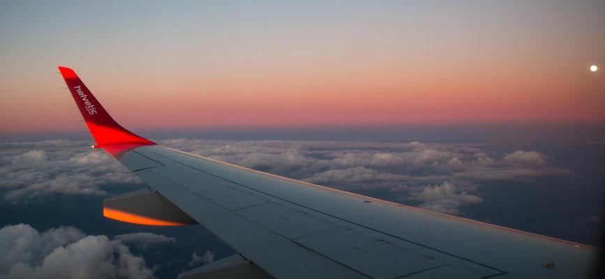 Heimkehr in die Schweiz bei Vollmond kurz vor der Landung