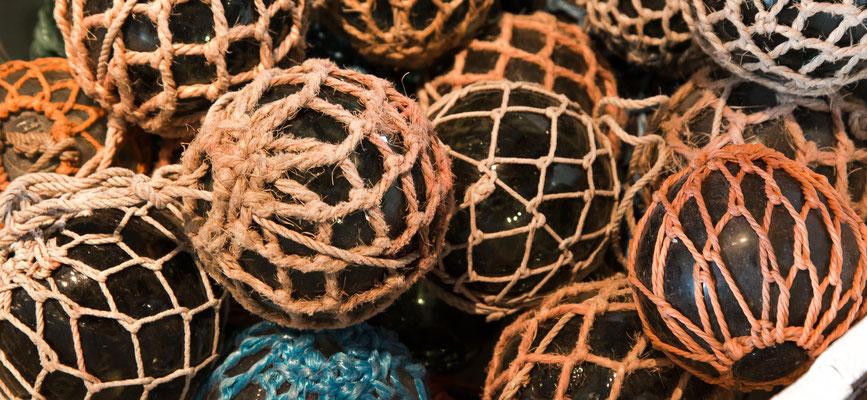 Echte Glaskugeln, die als Schwimmkörper für die Fischernetze verwendet wurden