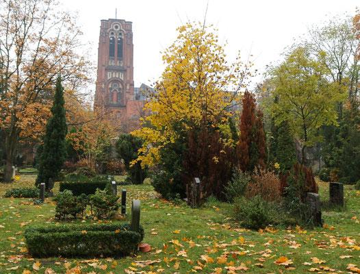 Auferstehungskirche vom St. Petri Friedhof aus gesehen (Berlin Friedrichshain)