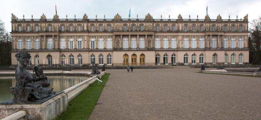 Das neue Schloss des Königs Ludwig II auf der Herreninsel. Für Bilder von den prunkvoll goldverzierten Gemächern und des riesigen Spiegelsaales muss ich auf offizielle Internetseiten verweisen, weil fotografieren absolut verboten war.