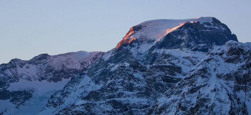Erste Sonnenstrahlen beleuchten den 3614 m hohen Tödi ...