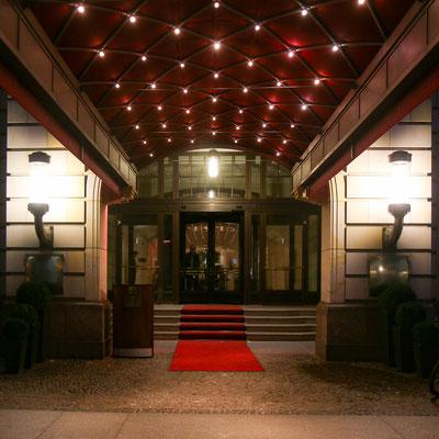 Eingang zum Hotel Adlon beim Brandenburgertor