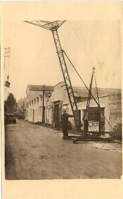 Photo datant de 1947 de Maurice Ponton devant le dernier modèle de l'époque, devant l'atelier de constructions à Chomérac 07