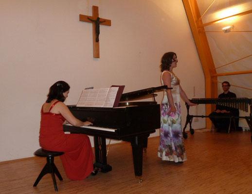 """And the natives sing: 'Ahhhhh, ahhh ...'"" Ainoa Padrón am Klavier und Charlotte Sander singt. 15. Oktober 2011, Dorfkirche Isenbügel"