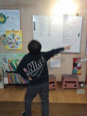 踊りながら単語の練習をする男の子