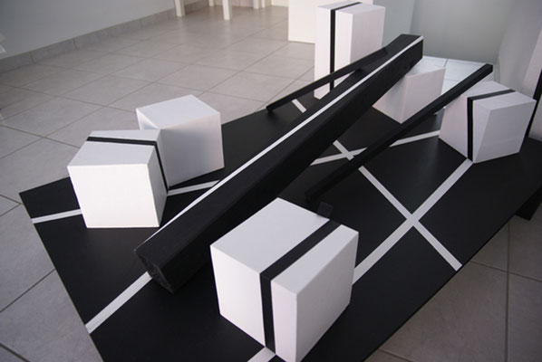 Cornelia Rohde/Jürgen Forster: Linienquader. Acryl auf MDF, Holz, Vinyl, L/B/H 120 x 80 x 46 cm, 2017