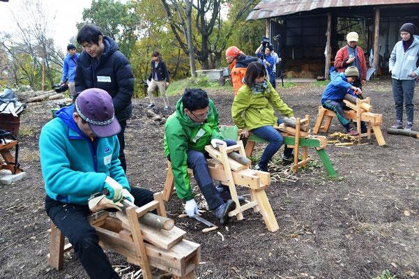 グリーンウッドワークとは、森から伐採したばかりの生木を使ってつくる木工。大きな機械は使わず、主に人力で割ったり削ったりして小物や家具をつくります。現代では、木材は乾燥させてから加工するのが一般的ですが、昔は切ってそのまま利用していました。旅をしながらその土地の木を切って木工をする職人さんもいたんだとか。