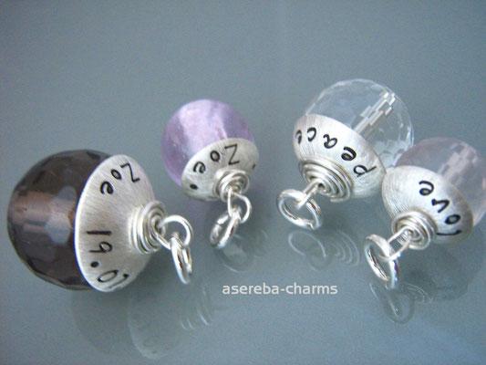 Edelstein-Charm mit beschriftbarer Silberkappe (v.l.n.r.: Rauchquarz, Glass-Bead, Bergkristall, Roenquarz)