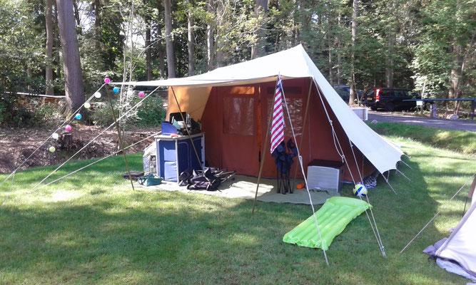 Mooie tent op boscamping