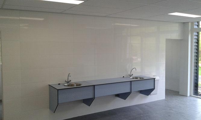Afwasplaatsen in grote ruimte