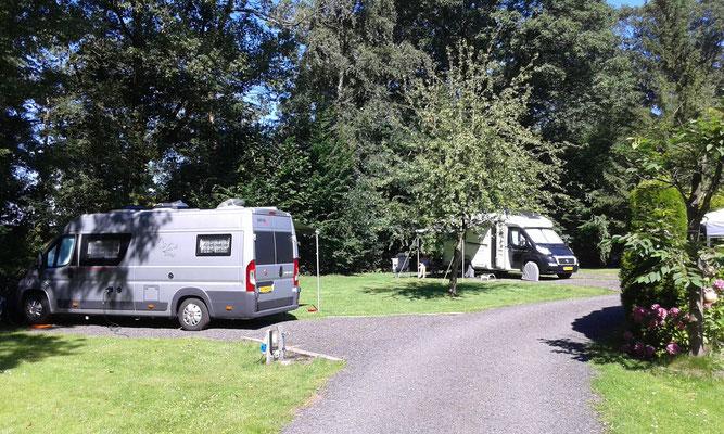 Midden op de camping met de camper
