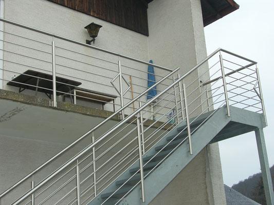 Außentreppe AT 145 mit liegendem Edelstahlgeländer