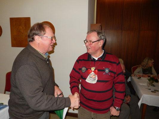 H. Böhne gratuliert dem Grünkohlkönig H. Grannemann