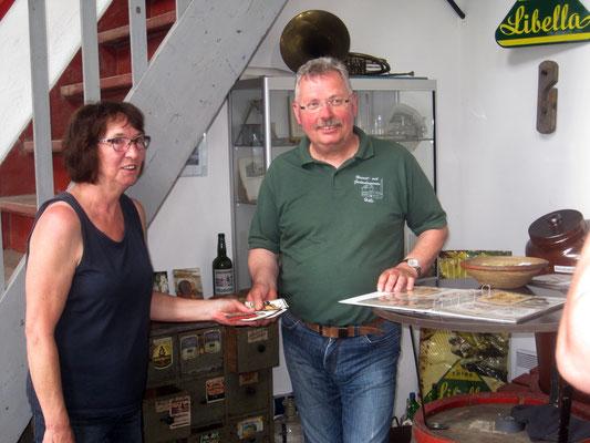Monika Patterson übergibt Bernd Beyer alte Etiketten