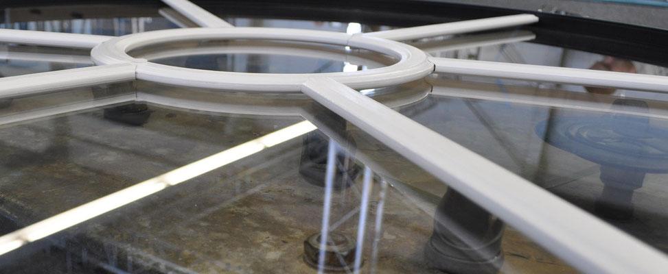 Detailaufnahme einer innenliegenden weißen Alusprosse