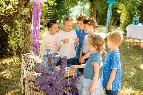 Les enfants près du coin du trésor, organisation et décoration d'un anniversaire enfants par Daydream Events, thème sous l'océan