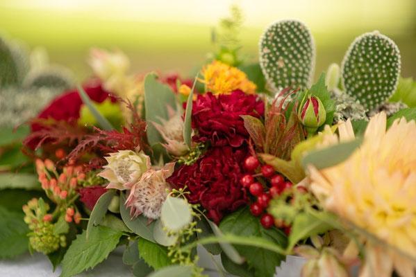 Fleurs centre de table de réception, organisation et décoration de mariage mexicain par Daydream Events, mariage gay, mariage lesbien, thème Dia de los Muertos