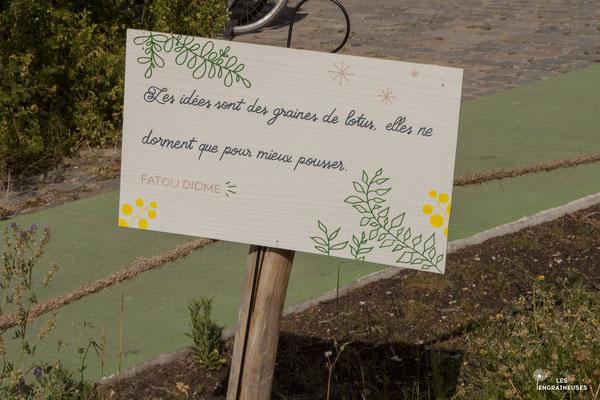 Panneau avec citation, au festival éco-féministe Après la Pluie à Paris, décoration faite par Daydream Events, event planner et designer