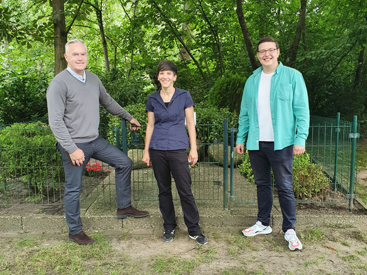 Huw Edwards mit Ines Dirolf und Jan Dohrmann vor dem Milag-Denkmal in Westertimke