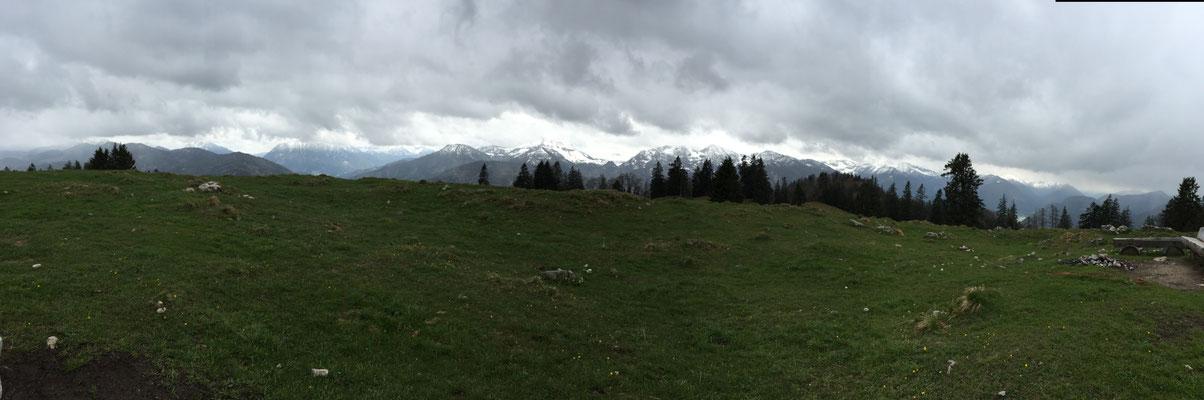 Gipfelpanorama bei mäßigem Wetter.